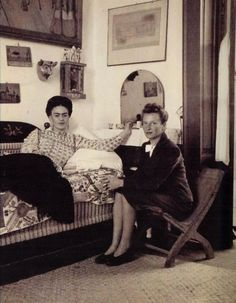 Photo of Frida Kahlo with Emmy Lou Packard. Diego Rivera, Natalie Clifford Barney, Frida E Diego, Famous Mexican, Mexican Artists, Held, Great Artists, Folk Art, Vibrant Colors