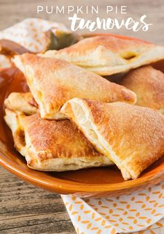 These pumpkin pie turnovers are simple and easy to make, and taste just like pumpkin pie! Perfect for Thanksgiving or anytime! Delicious Desserts, Dessert Recipes, Yummy Food, Fall Desserts, Pumpkin Recipes, Fall Recipes, Holiday Recipes, Turnover Recipes, Strudel Recipes