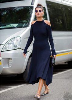 langes schwarzes Kleid aus Feinstrick mit Cut Outs an den Schultern