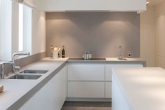 It's the Grey wall paint which looks good & highlights the White kitchen cabinets . Kitchen Interior, New Kitchen, Kitchen Dining, Kitchen Decor, Cuisines Design, Küchen Design, Beautiful Kitchens, Home Deco, Home Kitchens