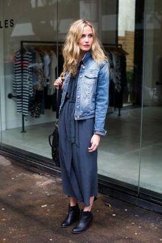 Blaue Jeansjacke, Dunkelblaues Maxikleid, Schwarze Leder Stiefeletten, Schwarze Leder Umhängetasche für Damen