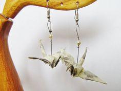 Boucles d'oreilles origami crème aux motifs de fleurs grises en forme de grues japonaises.