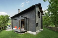 Look at how the foundation meets the siding - Holzhaus am Auerbach,© Florian Holzherr
