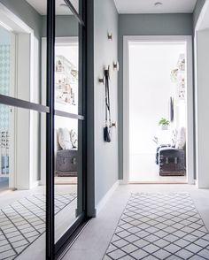 Hallway from the entrance. Bathroom on the right, mini's room second door to the right and straight a head is the livingroom (a bit overexposed). ✨ - God lørdagskveld - #boligpluss #interior123 #interior4all #interiorforyou #bobedre #boligplussminstil #interiørmagasinet #room123 #roomforinspo #immyandindi #hallway #mintybreeze #jotunlady #elfa #elfaartictrio #muuto #thedot