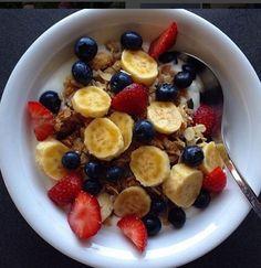 sabah kahvaltida lifli besinler muz yaban mersini sut ve cilek ekle