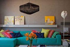 Um sofá colorido também faz toda a diferença no ambiente, dando vida a ele.