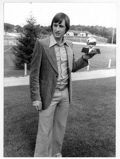 Desde 1967 comenzó a cosechar distinciones personales tanto en los Países Bajos como en Europa. Su primer Balón de Oro lo consiguió en 1971. Lograría dos más: en 1973 y 1974. En la imagen, Cruyff posa con su tercer Balón de Oro.