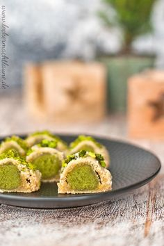 The pistachio cookies with marzipan even convince marzipan haters. 😉 The pistachio cookies with marzipan even convince marzipan haters. Paleo Recipes, Baking Recipes, Cookie Recipes, Pistachio Cookies, Paleo Meal Plan, Food Decoration, How To Eat Paleo, Christmas Desserts, Christmas Cookies