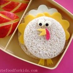 Thanksgiving Turkey Bento {Kids Craft Projects} When is a turkey sandwich not a turkey sandwich? When it is a cheese sandwich made to look like a cute… Bento Kids, Bento Box Lunch, Lunch Snacks, Box Lunches, Thanksgiving Lunch, Thanksgiving Recipes, Toddler Meals, Kids Meals, Cute Food