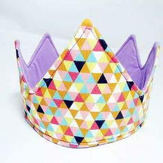 E já tem coroa na loja virtual.  #fantasiatododia #coroandoomundo #coroa #princesas | por Daniela _Santos