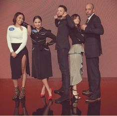 On Celebrity Family Feud, NBA star Steph Curry (Golden State Warriors) and his family play against Chris Paul (Houston Rockets) and his family. Steph's sister Sydel Curry, turns heads in a thigh-high skirt. Stephen Curry Gif, Stephen Curry Family, The Curry Family, All In The Family, Sydel Curry, Wardell Stephen Curry, Tomorrow Is The Day, Stephen Curry Pictures, Curry Warriors