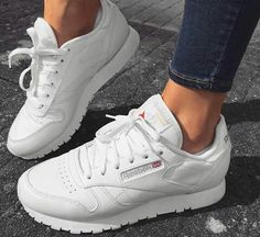 The Reebok Classic in white. Der Reebok Classic in weiß. The Reebok Classic in white. A simple, comfortable to wear sneaker, which can also be combined great with many outfits. Moda Sneakers, Sneakers Mode, Sneakers Fashion, Fashion Shoes, Sneakers Adidas, Womens Trainers Fashion, Fashion Dresses, Reebok Classic Damen