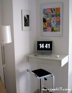 Espacios de trabajo de diseño. Un rincón muy bien aprovechado. Un pequeño escritorio suspendido. Solo espacio para tu portátil y una buena banqueta moderna.