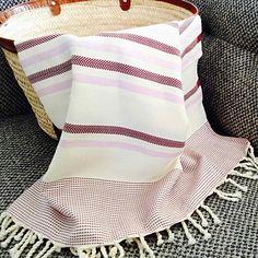 Fouta tunisienne de plage chevron - ADGArt Weaving Projects, Weaving Techniques, Chevron, Beach Towel, Loom, Stripes, Textiles, Blanket, Sewing