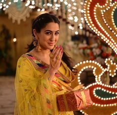 Cute Sara Ali Khan at Kedarnath Movie Shoot Bollywood Photos, Bollywood Stars, Bollywood Fashion, Bollywood Outfits, Indian Earrings, Indian Jewelry, Gold Earrings, Beautiful Bollywood Actress, Beautiful Indian Actress