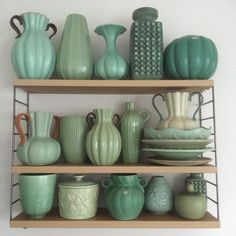 Done Några fick flytta ut & ett par fick flytta in #finastegrönafärgen1 #green #grönt #gröntärskönt #upsalaekeby #vebhaldensleben #tobotriller #örjankeramik #glorykeramik #gefle #okänd Roseville Pottery, Mccoy Pottery, Vintage Vases, Vintage Pottery, Blue Pottery, Pottery Art, Decorative Accessories, Decorative Items, Green Vase