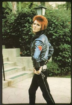 he's SEXY and he knows it! david bowie <3