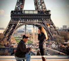 hombre de rodillas proponiendo matrimonio a una chica frente a la torre efifiel
