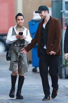 May 13 - FKA twigs with Robert Pattinson in Culver City Style Casual, My Style, Hair Style, Space Fashion, Fashion Design, Style Outfits, Street Style, Robert Pattinson, Winter
