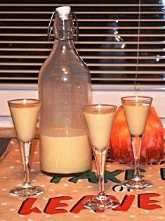 Jak udělat domácí vaječný likér Slovak Recipes, Beverages, Drinks, Apple Cake, Glass Of Milk, Med, Food And Drink, Punk, Detox