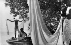 Inde, 1956. Après le bain dans le Gange, les hindous font sécher leur dhotis au…