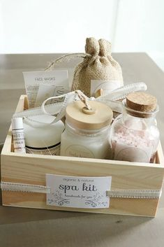 DIY: Spa Kit with Recipes and Printables - Darling Darleen Themed Gift Baskets, Diy Gift Baskets, Christmas Gift Baskets, Gift Hampers, Making A Gift Basket, Raffle Baskets, Diy Spa Tag, Spa Basket, Basket Ideas