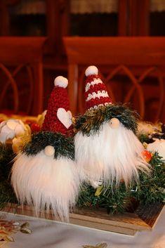 Az+üzletel+karácsonyi+kínálatában,+a+kézimunka+újságok+lapjain+biztosan+sokan+találkoztak+már+ezekkel+a+nagy+szakállú,+nagy+orrú,+fázós+skandináv+manókkal,+akik+már+kinézetükkel+is+jó+kedvre+derítenek+bennünket.+A+Nisse+mitológiai+lény+a+skandináv+folklórból,+amely+a+téli+napfordulóhoz+és+a…