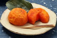 「駒ヶ根あんぽ柿」 主に駒ケ根市の竜東地区で採れた平核無柿から作られる、中のやわらかい半生の干柿。 取り組みから8年目の2016年より、おおぶりで質の良い物は「橙蜜(とうみつ)」のブランド名で個包装販売を始めました。