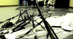"""""""DEL VHS A LA TELA DE ARAÑA, REUTILIZANDO"""" Reutilizando materiales. Desarrollo de una sesión sensorial o de experimentación con bobinas de película de vhs. Desde la observación de la instalación hasta la creación de una escultura"""