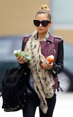 Style icon Nicole Richie looks great & powers herself up with a Alexander Mcqueen Skull Scarf, Blazers, Nicole Richie, Facon, Looks Style, Her Style, Autumn Winter Fashion, Celebrity Style, Celebrity Photos