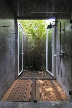 salle de bains grise, une salle de bains zen en gris, le sol en bois