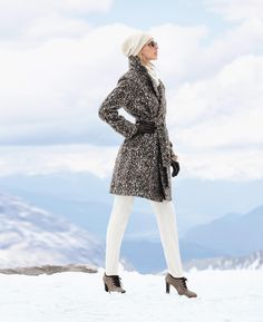 High quality wool fabric in excitingly interpreted animal print. Figure-flattering and in fashionable contemporary oversized style. A casual tie belt allows this chic It piece to be brought into shape at the waist in a feminine manner.