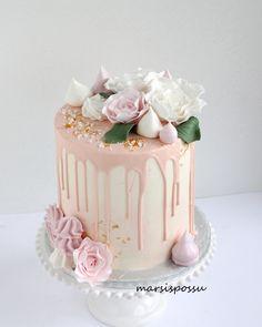 Marsispossu: Drip cake with roses and meringues
