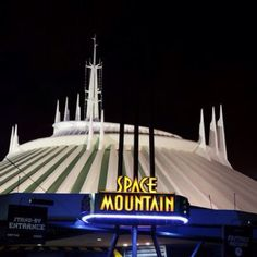 Space Mountain Walt Disney World.love Space Mountain :) Favorite ride in Magic Kingdom! Viaje A Disney World, Disney World Trip, Disney Vacations, Dream Vacations, Disney Parks, Disney Rides, Disney Love, Mundo Walt Disney, Disney World Magic Kingdom