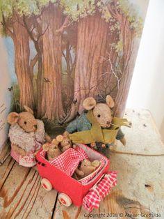 De deur van het huisje gaat open; het is één van de eerste dagen van het nieuwe jaar;-) Moeder muis staat even in de de...