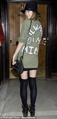 Behati Prinsloo. Camisa verde militar con estampa.