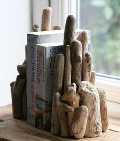 Basteln mit Treibholz: DIY Deko mit Erinnerungen an den Strandurlaub treibholz basteln buecher fester dekoration diy holz selber machen Driftwood Shelf, Driftwood Furniture, Driftwood Projects, Diy Projects, Driftwood Ideas, Upcycled Furniture, Driftwood Kitchen, Wooden Projects, Garden Furniture