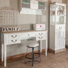 Toaletka w stylu prowansalskim z kolekcji Palida Aluro. Posiada cztery mniejsze i jedną większą szufladę, dzięki którym wszystkie potrzebne drobiazgi możemy mieć zawsze w jednym miejscu.