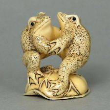 Antique Japanese Cow Bone Netsuke - 2 Playing Frogs Carving HN2100 Frog Crafts, Bone Jewelry, Cute Frogs, Japanese Characters, Frog And Toad, Kokeshi Dolls, Bone Carving, Pottery Designs, Jennifer Aniston