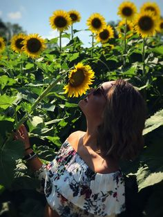 Sunflowers Tumblr, Sunflower Field Pictures, Sunflower Field Photography, Sunflower Wallpaper, Sunflower Fields, Girl Photography Poses, Mellow Yellow, Picture Poses, Amazing Flowers