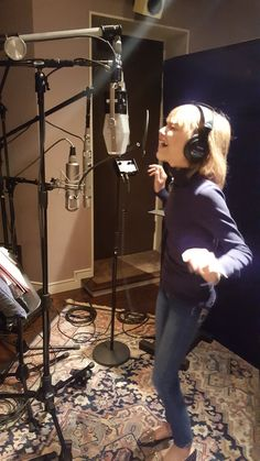 Little girl, big voice. Working with Simon Cowell in the recording studio. Young Celebrities, Celebs, Grace Vanderwaal, Women In Music, Movie Memes, Disney Music, Teen Choice Awards, Star Girl, Beauty Inside