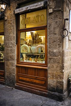 Here are the best places to visit in Florence and Tuscany, restaurants, eat gelato, wineries, etc #localtravel #travel #italy #florence