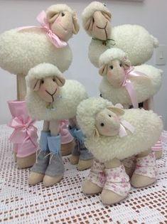 Ovelha em tecido, feita com tecido sintetico imitando pele de carneiro. Fica em pé, perfeita para nicho infantil. Dá para fazer macho ou fêmea.