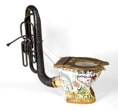 """A Casa de leilões Southeby na Inglaterra colocou esse """"instrumento"""" interessante para a venda em 25 de novembro de 2003 e foi vendido por £ 2.640. O """"loophonium"""" (para entender completamente o nome, tenha em mente que o nome de gíria britânica para o banheiro é o """"loo""""), também conhecido como um Harpic-phone, foi concebido por Fritz Spiegl. Ele foi projetado para uso em shows April Fools """", que foram encenadas em Liverpool desde 1952 por mais de 25 anos...."""