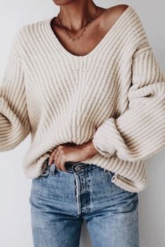 Chunky nude oversized sweater and mommy fit jeans outfit for fall autumn. Fall fashion outfit inspiration and trends to copy