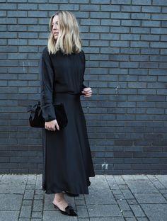 The Perfect Black Dress – Style Memos Minimal Fashion, White Fashion, Love Fashion, Spring Street Style, Street Chic, Cute Dresses, Casual Dresses, Facon, Modest Fashion