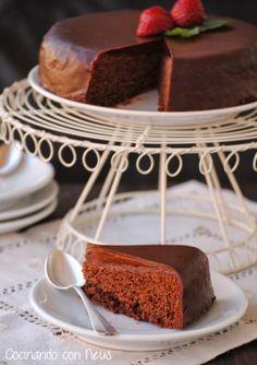 Bizcocho de chocolate con cobertura de chocolate y de frambuesa