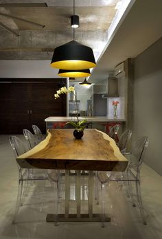 Love the Dixon light fixtures over the raw dining table slab! Kuala Lumpur Home by DRTAN LM Architect Luxury Dining Tables, Wooden Dining Tables, Wood Table, Küchen Design, Wood Design, House Design, Kuala Lumpur, Wall Decor Design, Dining Room Design