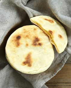 This soft and tender gluten free pita bread is also yeast free, so there's no rising time. Store-bought gluten free flatbreads simply can't compare! Pain Pita Sans Gluten, Gluten Free Pita Bread, Gluten Free Baking, Gf Recipes, Dairy Free Recipes, Bread Recipes, Cooking Recipes, Sin Gluten, Patisserie Sans Gluten