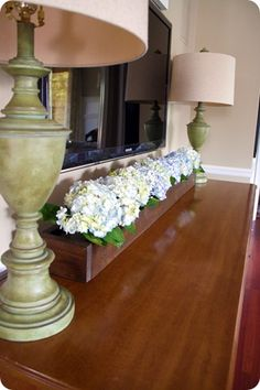 How to Make an Indoor Flower Box {wood finishing} This trough-style flower box is perfect for holding numerous vases of hydrangeas, fall foliage… Diy Wood Box, Wood Boxes, Diy Box, Wooden Trough, Wooden Vase, Wooden Decor, Wood Box Centerpiece, Thrifty Decor Chick, Indoor Flowers